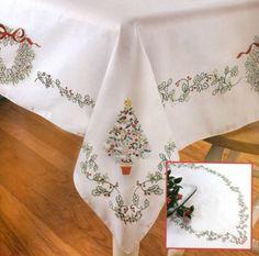 mantel bordado en punto cruz navideño