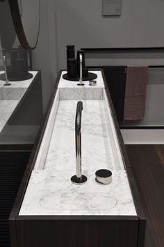 The slim depth of MODULO30 vanity with integrated washbasin allows to save space while offering ample concealed storage for any bathroom. The small technical tops allow to install taps and to inspect the waste. Here it is displayed in Carrara marble and smoked oak.