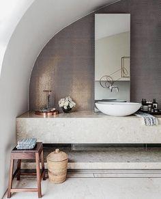 O tom terroso do mármore travertino domina as paredes neste banheiro assinado por Josephine Hurley Architecture.  A textura natural da pedra foi ainda combinada com pastilhas de cor semelhante, criando uma linda composição! Foto: Tom Ferguson.