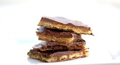 Looking for a unique toffee that's insanely easy? Try our saltine cracker toffee made with saltine crackers and topped with chocolate. A perfect recipe for the holidays! Saltine Toffee, Cracker Toffee, Toffee Bars, Cracker Candy, Skor Bars, Toffee Cookies, Toffee Candy, Bar Cookies, Gourmet