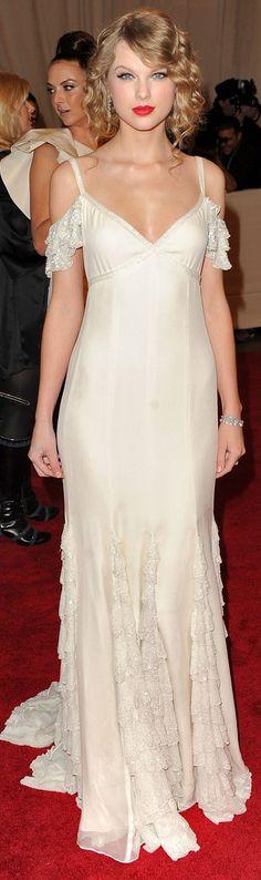 Taylor Swift's dress omigosh sooooo gorgeous!    99      24