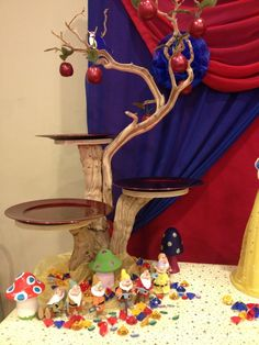 Snow White party cupcake and candy table. I love the branches turned serving base. This would work for a fairy, woodland animals, Robin Hood, Where the Wild Things Are, jungle themes & more. cake and pie table. Disney Princess Birthday Party, Birthday Parties, Snow White Wedding, Snow White Cake, Snow White Birthday, Bday Girl, Cupcake Party, First Birthdays, Marie
