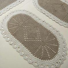 Tapete de crochê oval: ideias, tutoriais e gráficos dessa peça caprichada Crochet Rug Patterns, Floor Rugs, Free Pattern, Patches, Crafts, Color, Home Decor, Granny Squares, Toronto