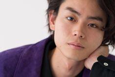 2009年のデビューから次々と話題作に出演し、若干22歳ながら俳優として活躍が目覚ましい菅田将暉さん。現在ヒット中の映画『ピンクとグレー』では、自分と同じ職業である俳優の役を演じ、その中で葛藤する姿を見せる。インタビューでも常に明晰な言葉を操る菅田さんは実際に自分の仕事をどう捉えているのか、話を伺った。