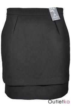 Nowa spódnica firmy Atmosphere w czarnym kolorze. Spódnica dwuwarstwowa, z przodu dwie zakładki materiału, po bokach kieszenie. Z tyłu zasuwana na kryty zamek. Spódnica posiada podszewkę. Spódnica z kompletem firmowych metek.