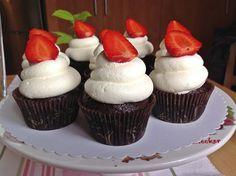 VÍKENDOVÉ PEČENÍ: Čokoládové cupcakes se smetanovým krémem