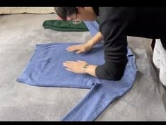 How To Fold Hoodies, How To Fold Sweaters, How To Fold Pants, Fold Clothes, Diy Clothes And Shoes, Diy Clothes Life Hacks, Clothing Hacks, Simple Life Hacks, Useful Life Hacks