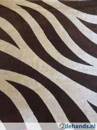 zwart-wit tapijt met zebra motief