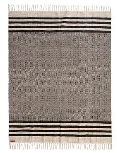Modern: Feiner Teppich mit grafischen Mustern und schönen Fransen. Der Teppich ist aus Jute gewebt.