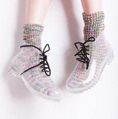 Coturno transparente com meias coloridas.