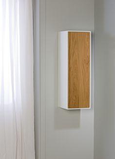 Mooie, sterke en kwalitatieve materialen vormen dit prachtige meubel. De corpus, geheel gemaakt van Solid Surface, en de massief houten fronten zorgen voor een esthetische look. #exclusief #elysee #gelakt #houten #meubel #badkamer
