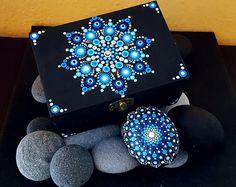 Afbeeldingsresultaat voor mandala painting on wood Dot Art Painting, Mandala Painting, Painting Patterns, Stone Painting, Mandala Painted Rocks, Mandala Rocks, Painted Wooden Boxes, Hand Painted, Mandala Canvas