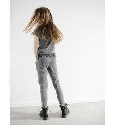 Like Flo jumpsuit in een gewassen kwaliteit. De jumpsuit heeft korte mouwen en franjes bij de hals - Antraciet - NummerZestien.eu