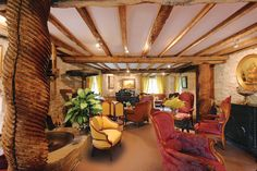 Moara veche din sec XVII transformata intr-un hotel de lux. Hotelul Moulin du Roc se afla in orasul Champagnac de Belair, in regiunea Périgord -Aquitaine a Frantei.