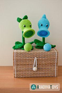 "Crochet Pattern of Peashooter and Snow Pea from ""Plants vs Zombies"" (Amigurumi tutorial PDF file) - Haken - Crochet Diy, Crochet Amigurumi, Amigurumi Patterns, Crochet Crafts, Crochet Dolls, Yarn Crafts, Crochet Patterns, Crochet Ideas, Ravelry Crochet"