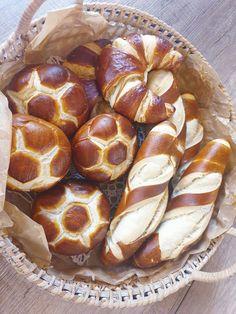 Bavorské lúhované pečivo Hot Dog Buns, Hot Dogs, Bread, Cooking, Recipes, Food, Hampers, Kitchen, Brot