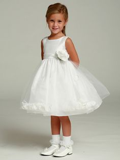 I'm in love with this flower girl dress. It would be so cute on Lilybug!