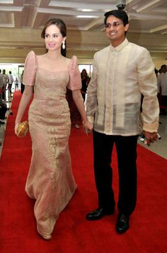 Lucy Torres-Gomez and husband Richard Gomez decked in Filipiniana for the 2012 State of the Nation Address Formal Dresses For Weddings, Wedding Dress Styles, Principal Sponsors Gown, Philippines Dress, Filipiniana Dress, Western Outfits, All About Fashion, Simple Dresses, Traditional Dresses