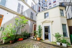 This charming petite maison located on Rue des Martyrs in Montmartre, Paris, France is a tiny independent house situated in the middle of four buildings. Mini Loft, Tyni House, Tiny House Living, Living Room, Plano Hotel, Wendy House, Paris Home, Compact Living, Tiny Spaces