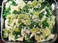 Kana-lehtikaali-pastapaistos / Kipparin morsian Kale, Pasta Salad, Feta, Potato Salad, Food And Drink, Potatoes, Lunch, Cheese, Ethnic Recipes