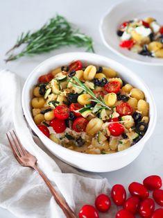 Zapečené gnocchi se zeleninou a ricottou jsou skvělým rychlým a jednoduchým jídlem. Zvládnete je do 30 minut a teď v chladnějším počasí vás i příjemně zahřejí. Já mám zapečené gnocchi ráda s cuketou, rajčaty a olivami, ale dokážu si představit i jinou zeleninu nebo jiný sýr místo ricotty. Skvělé na tomhle receptu je, že stačí nakrájet zeleninu, vše naházet do pekáče a máte hotovo. Gnocchi, Chana Masala, Ricotta, Ethnic Recipes, Food, Essen, Meals, Yemek, Eten