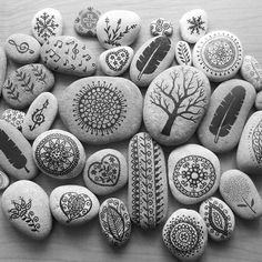 33 creative ideas for painted rocks for garden 04 Pebble Painting, Pebble Art, Stone Painting, Diy Painting, Rock Painting Patterns, Rock Painting Designs, Paint Designs, Stone Crafts, Rock Crafts
