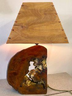Χειροποίητο επιτραπέζιο φωτιστικο απο κορμό ευκαλύπτου και ξύλινο χειροποίητο καπέλο.