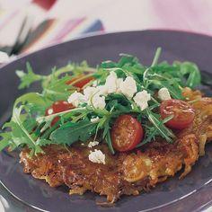 Potatiskaka med tomat- och fetaostsallad | Recept | ViktVäktarna Meatloaf, Salmon Burgers, Wellness, Beef, Healthy, Ethnic Recipes, Food, Prom Dresses, Glass