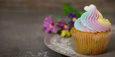 Kokosový muffin nemusí být jen snídaní. S trochou fantazie jej můžete proměnit v narozeninový cupcake Cupcake Gift, Cupcake Liners, Cupcake Party, Muffin Recipes, Cupcake Recipes, Dessert Recipes, Desserts, Easy Chocolate Cupcake Recipe, Chocolate Cupcakes