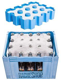 Eisblock Bierkastenkühler für 20er-Kästen 0,5l blau 33x25x6cm. Aus der Kategorie Originelle Geschenkideen / Sommergeschenke. Es gibt nichts Schlimmeres als warmes Bier im Sommer. Damit Ihnen das nie wieder passiert, gibt es diesen genialen Eisblock-Bierkastenkühler. Einfach die Kühlform mit Wasser füllen und dann ab ins Eisfach. Dann den Eisblock einfach auf einen Bierkasten mit 20 0,5l-Flaschen setzen und schon werden die Bierflaschen schön runtergekühlt! Tolles Sommer Gadget! #festival