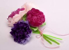 Tissue Paper Flowers, these are so cool, they're beautiful and I recently saw a wedding reception all done in tissue flowers! Tissue Paper Crafts, Paper Flowers Craft, Paper Crafts For Kids, Diy Flowers, Fabric Flowers, Easy Crafts, Flower Boquet, Pretty Flowers, Wedding Flowers