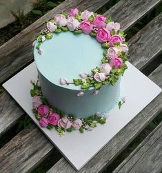Cake decorating isn't quite as hard as it looks. Listed below are a couple of straightforward suggestions and tips to get your cake decorating job a win Buttercream Flower Cake, Cake Icing, Eat Cake, Cupcake Cakes, Baking Cupcakes, Mini Cakes, Cake Cookies, Pretty Cakes, Cute Cakes