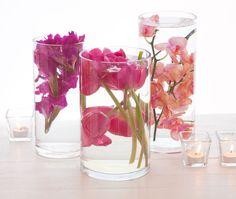 Centre de table avec des fleurs submergées dans l'eau. 15 idées de sublimes centres de table à faire soi-même