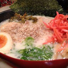 味玉だるまラーメン。移動の途中によってみた。満席で割と人気?とんこつスープに激辛高菜を入れると、サラッと食べられちゃう。旨かった。 - @atsushi129- #webstagram