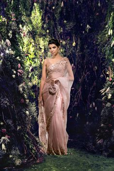 From Manish Malhotra to Rohit Bal, from pleatless to statement pallu sarees, discover the latest saree trends for Indian Fashion Dresses, Indian Designer Outfits, Asian Fashion, Desi Wedding, Saree Wedding, Wedding Parties, Bollywood Wedding, Wedding Wear, Wedding Bride