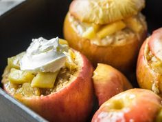 Baked apples with crumble and mascarpone - Cake Decorating Writing Ideen Pudding Desserts, Dessert Recipes, My Favorite Food, Favorite Recipes, Baking Bad, Vegetarian Recipes, Healthy Recipes, Winter Desserts, Baked Apples
