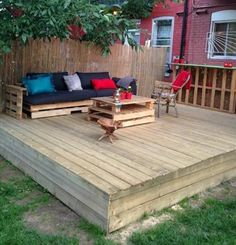 We finally finished our pallet patio oasis https www for Fabriquer canape palette