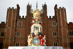 Hampton Court Palace celebrates its 500th birthday with a gorgeous cake that pays homage to half a century of important historical events in Britain!