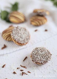 Kokos Plätzchen mit Schokolade - Christmas Bakery by Kathy Loves - Bakery Christmas Chocolate, Christmas Desserts, Christmas Cookies, Coconut Biscuits, Coconut Cookies, Fall Recipes, Holiday Recipes, Sweet Bakery, Le Diner