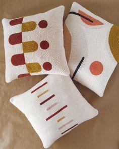 Modern Pillow Covers, Modern Pillows, Decorative Pillow Covers, Colorful Pillows, Arte Punch, Punch Art, Punch Needle Patterns, Handmade Decorations, Rug Hooking