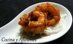 Cuchara de camarones agridulce con arroz blanco: 8 gambones (dos por comensal), sésamo tostado  Para el arroz blanco:1 taza de arroz, 1 diente de ajo, aceite de oliva, sal.  Para salsa de naranja picante: 1 taza de zumo de naranja natural, 2 c/s de salsa de soja, 1 c/p de miel, 1 c/s mirin (vinagre chino), ½  c/c de pasta de Chile, 1 c/p de  aceite de sésamo, 2 c/c de aceite de oliva, 1 c/p de jengibre fresco, 1 diente de ajo, picados, 1 taza cebolleta o cebolla de verdeo picada.