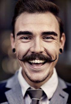 Отличная улыбка,усатые усы!)))