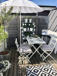 The small area bet on a round floor ombrelone, in which case the tip is to keep an open and free area - Interprograms Interchange Small Balcony Decor, Outdoor Balcony, Balcony Design, Outdoor Tables, Outdoor Spaces, Outdoor Living, Balcony Furniture, Diy Outdoor Furniture, Outdoor Decor