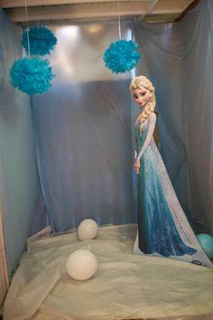 Elsas photo booth Christmas Photo Booth, Christmas Photos, Elsa Photos, Frozen Room, Creative Party Ideas, Frozen Party, Entertainment, Disney Princess, Holiday