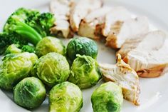 Healthy dinner idea: Broiled Chicken with Steamed Brussels Sprouts and Broccoli (from Diet Meal Plan 22) | CLICK PIN for more healthy eating ideas from daily diet meal plans #cleaneating #weightlosshelp #healthyeating