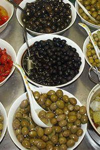 8 schwarze Oliven haben 70 Kalorien.