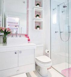 Banheiro com estilo mais delicado com aplicação de pastilhas.