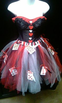 Queen of ❤'s costume idea red queen costume, queen of hearts c Halloween Queen, Halloween Kostüm, Diy Halloween Costumes, Red Queen Costume, Queen Of Hearts Costume, Alice In Wonderland Costume, Wonderland Party, Fancy Dress, Dress Up