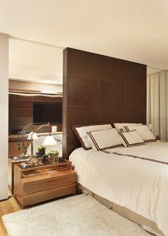 Cama com cabeceira até o teto... couro+madeira