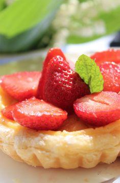 Erdbeert�rtchen mit Vanillecreme. Auf einen Bl�tterteigkuchen folgen eine Schicht Vanillepudding und ein Belag aus Erdbeeren und Guss. #erdbeerkuchen #sommerkuchen #vanillepudding #erdbeeren #einfach #bl�tterteig #rezepte